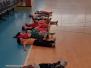 Koťátka cvičí ve sportovní hale